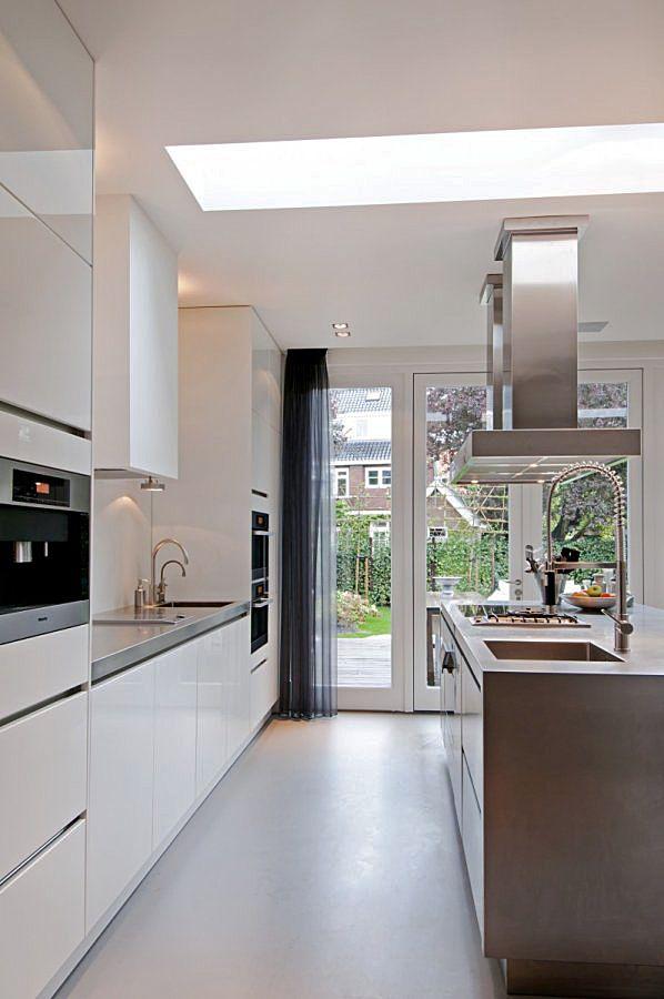 Inspiration: la structure des meubles, la hotte de cuisine suspendue // les couleurs par contre, non.