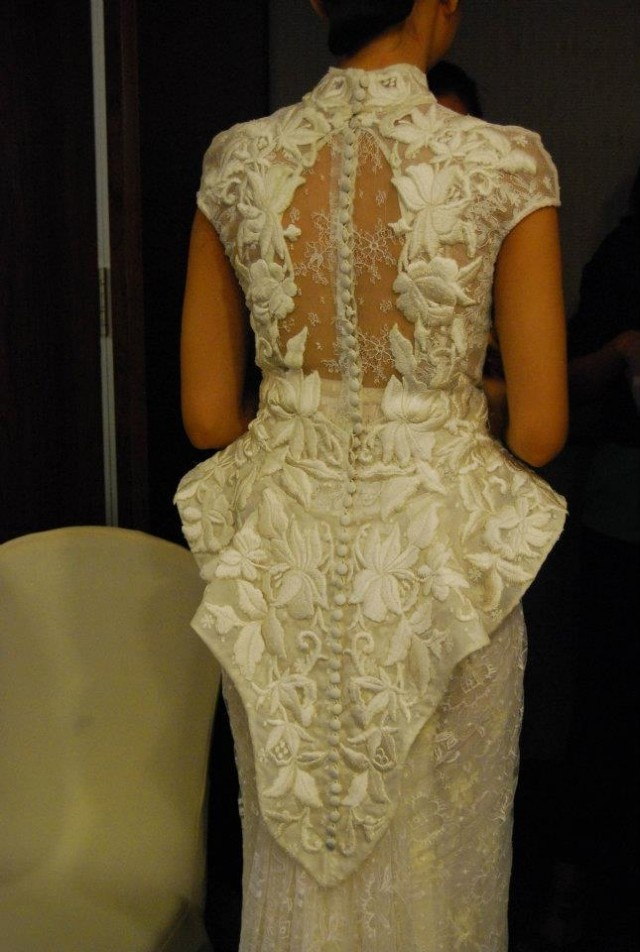 A closer look at the back of a cheongsam dress with peplum and embrodeires