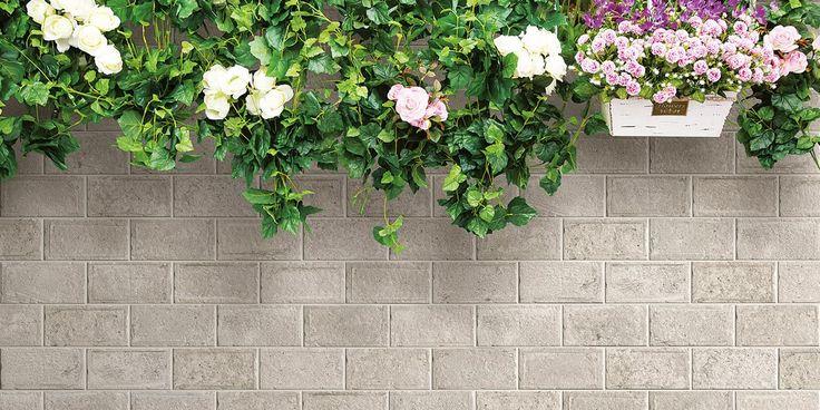 Tiililadonta on aina varma valinta, mutta piristää kuitenkin seinää mukavasti. Ulkolaatat: LPC Garden District │ Laattapiste