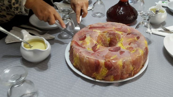 Ho fatto questa torta salata che si chiama Timballo (risotto) allo zafferano con dei formaggi, la preparazione è molto facile, si prende una ciambella grande e si fa un brodo di vegetale, si mette il burro e olio e si lascia leggermente sciogliere il burro, e si fa tostare il riso, se aggiunge vino bianco e si lascia evaporare, dopo si aggiunge il brodo e si cuoce per 20 minuti. Buon apetito.  Maribel Gomariz C1