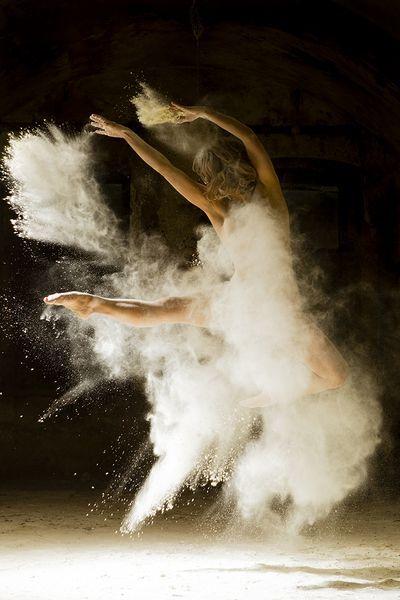 Se especializó en fotografía de estudio, centrándose en la belleza de las expresiones y la gracia del cuerpo humano