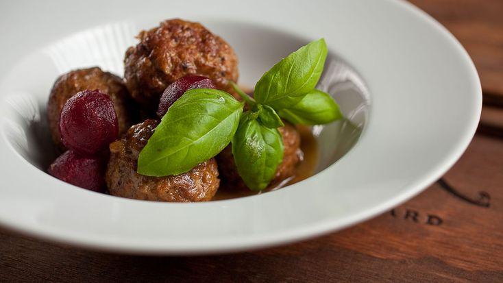 Ragoût de boulettes et pattes de cochon | Recettes | Signé M | Émission TVA