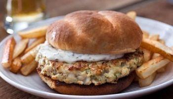 Burger di merluzzo con salsa Tzatziki