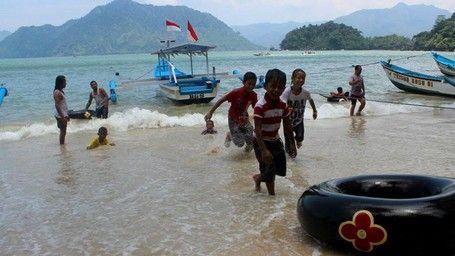 Menunggu Tahun Baru, Main Air Dulu Di Pantai Pasir Putih Trenggalek - http://darwinchai.com/traveling/menunggu-tahun-baru-main-air-dulu-di-pantai-pasir-putih-trenggalek/