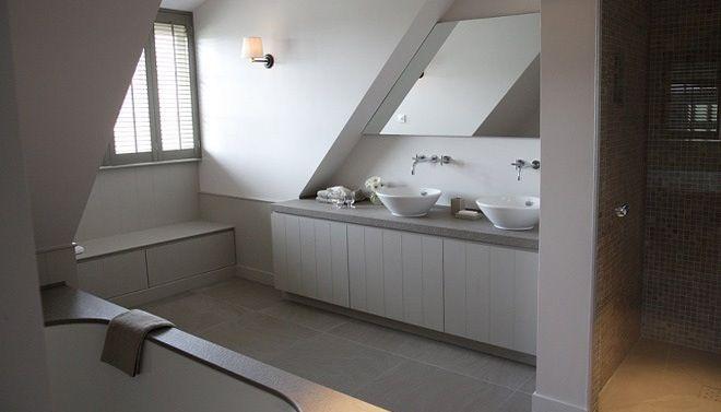 FOTO: Moderne cottage badkamer met grijstinten