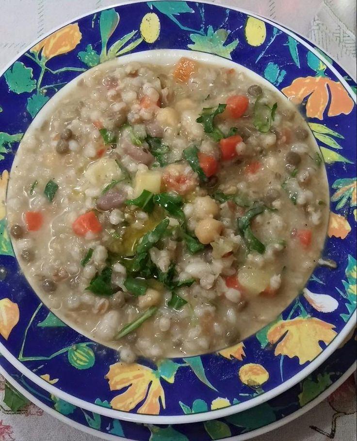 Zuppa di legumi, cereali e rucola