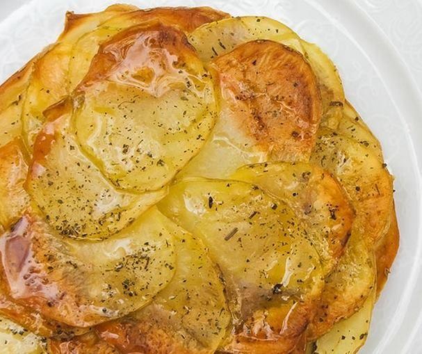 Batatas em Lâminas (vegana) Veja a receita:   100% Vegetariano - O guia essencial para uma alimentação saudável e ecologicamente correta  #vegan #receitasvegetarianas #receitas #recipe #receta #batata #assado #alimentaçãosaudável #delícia #vegano