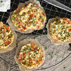 Im Ofen zu goldbraunen Talern gebacken und mit Kräutern, Tomaten und Schalotte verfeinert, siehst du körnigen Frischkäse nun mit anderen Augen.