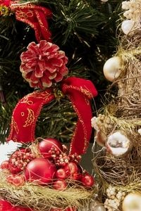 How to Decorate a Christmas Tree With Ribbon Garland thumbnail