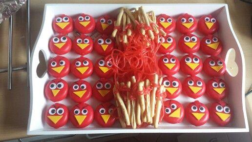 Angry birds traktatie met katapult (babybel kaasje, oogjes en foam van de hema. Mini soepstengels van de hema en rode dropveter)