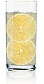 Citroenwater: Wat zijn de gezondheidsvoordelen daarvan?Lang Glas water met citroen Slices