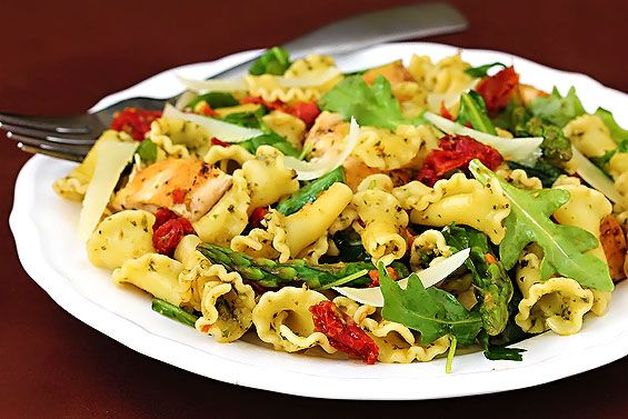Pesto pasta with chicken, asparagus and arugala...mmm.  (gimmesomeoven.com)