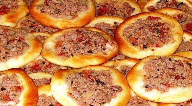 Massa:  - 1 kg de farinha de trigo  - 50 g de fermento para pão dissolvido em 3 colheres de açúcar   - 10 g de sal (uma colher de chá)  - 75 g de óleo (1/2 copo americano)  - 500 ml de água ou (duas xícaras de chá)  - Fubá para abrir a massa  - Recheio:  - 500 g de carne moída (bovina)  - 3 tomates médios, picados (cubinhos)  - 2 cebolas picadas (cubinhos)  - Sal a gosto  - Suco de 4 ou 5 limões