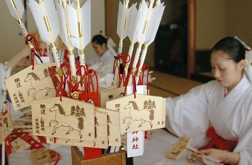 縁起物づくりに励む大神神社の巫女たち(桜井市で)