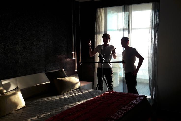 Dima y Ramon planificando la secuencia de planos del dormitorio durante la grabación de un vídeo para Sotheby's de un apartamento en el edificio Illa de Mar de Barcelona.