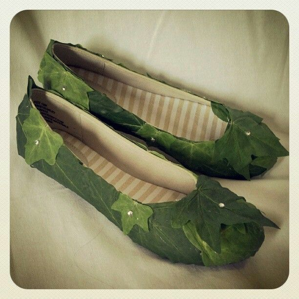Cute easy idea for eveln or faerie shoes! Simple flats clor and glue on foresty stuff.