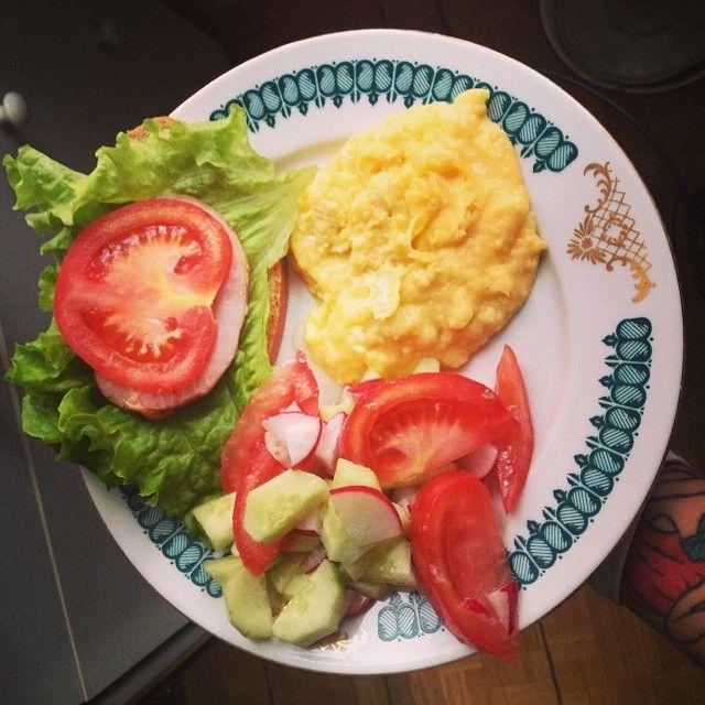 сэндвич, салат и пюрешка