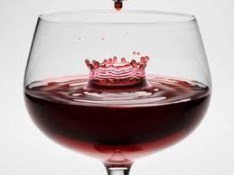 Para vino tinto: también utilizado para los claretes, esta copa tiene una apariencia sólida, con la que busca transmitir la fortaleza de un vino tinto de buena calidad. Las copas para vino tinto cuentan con un borde ancho que permite que la bebida respire correctamente.