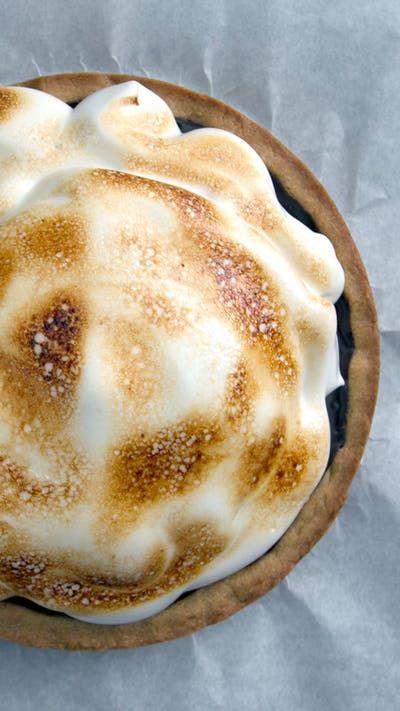Receta con instrucciones en video: Las palabras no hacen justicia cuando se trata de esta Tarta Crocante con Masa de Mantequilla de Maní y Relleno de Chocolate con Crema Ingredientes: ½ taza de mantequilla sin sal, suavizada, ½ taza de azúcar granulada, 6 cucharadas de azúcar moreno oscuro, 1 huevo grande, 1 cucharadita de extracto de vainilla, ½ taza de crema de mantequilla de maní, 2 ½ tazas más 1 cucharada de harina, ¼ cucharadita de sal, Para el relleno de Chocolate:, 300 gr. de cho...