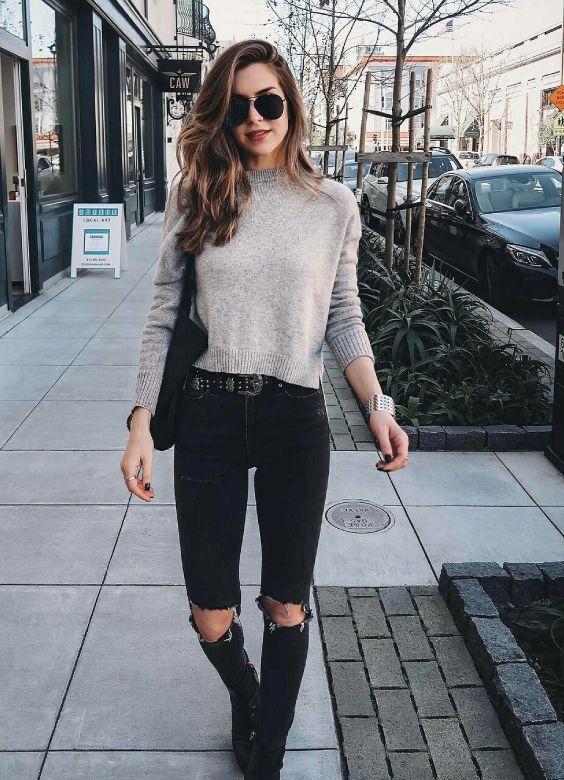 Looks básicos do Pinterest para copiar essa semana Nichole Ciotti, suéter cinza, cinto preto, calça preta skinny com rasgo no joelho, ankle boot, botinha preta