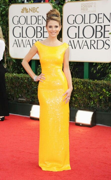 Vestido amarillo, largo corte recto.