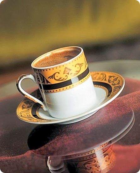 """123456789  giovedì 13 marzo 2014 Il caffè turco è diffuso in buona parte dei paesi del medio oriente, della penisola balcanica e del mondo arabo.   Per ottenere il caffè alla turca si parte da un caffè macinato finemente, e la preparazione tipica avviene per mezzo del cezve, un tipico bricco di rame e ottone. Il caffè così preparato assume una consistenza """"sciropposa"""" e necessita di qualche minuto di decantazione per far depositare il sedimento sul fondo delle tazzine."""