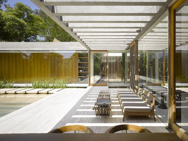Pergolado em concreto com varanda semi coberta