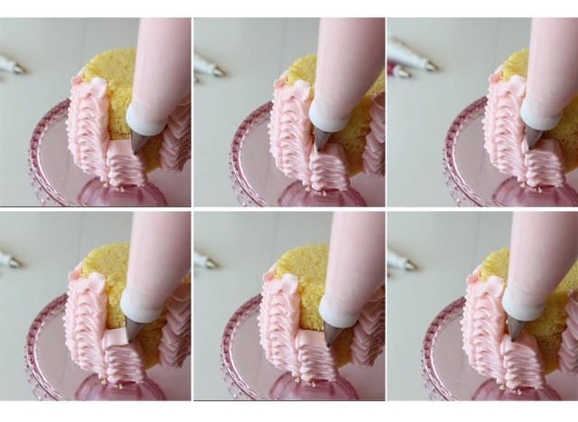 Ruffles spuiten met Buttercream Icing. Voorzie de biscuit van een vulling en smeer hem daarna aan de buitenzijde dun af (dit voorkomt dat er kruimels op je spuitwerk komen). Gebruik tip #104 (breedste kant tegen biscuit, smalle deel naar buiten gericht) heen en weer van onder naar boven in 'kolommen' van een paar centimeter breed, laat elke laag op de vorige vallen. Daarnaast een nieuwe kolom, etc. Smeer de bovenkant af met een laagje Icing. Een leuke decoratie erop en klaar