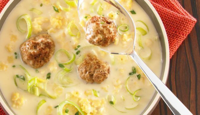 Suppengenuss pur – mit der feinen Lauchcremesuppe inklusive Sternchen und Hackbällchen ist Genuss garantiert.