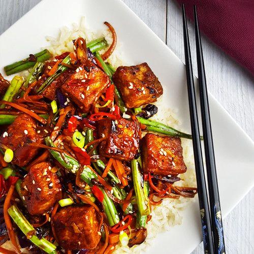 Heb je zin in een vegetarische wokschotel met een beetje pit? Dan is dit recept voor pittige tofu met sesamzaadjes, gember en groenten iets voor jou!