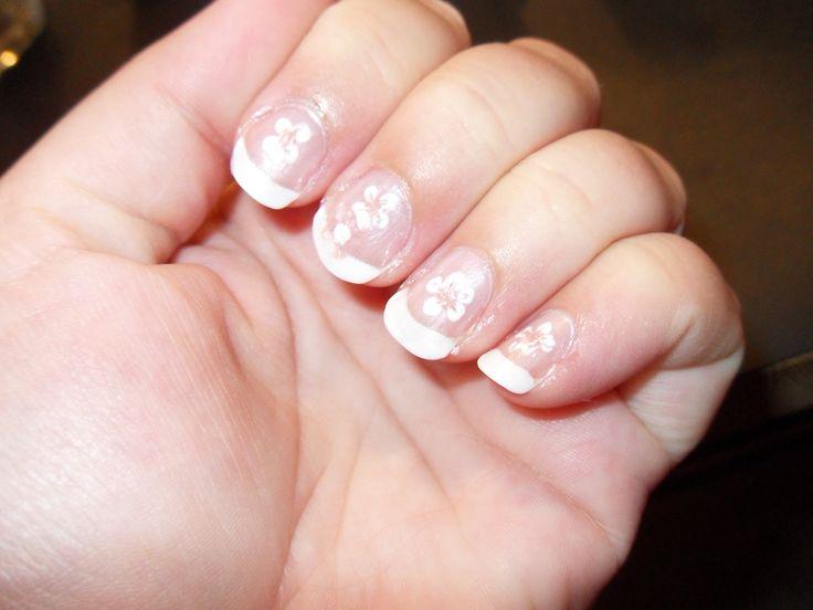Negle. Fransk manicure m. hvide blomster.