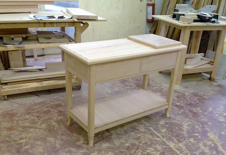 Solido tavolo in legno massiccio realizzato in falegnameria a Roma. Il tavolo arrederà una cucina rustica in una casa di campagna a Lariano. www.arrediemobili.com