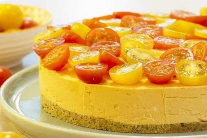 Lavez les tomates, coupez le chapeau sous le pédoncule, retirez la chair à l'aide d'une peti...