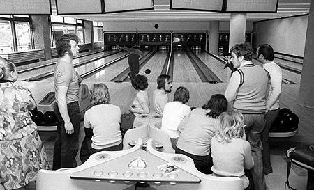 Blick in die Bowlingbahn im Palast der Republik in Berlin (Ost), aufgenommen zur Eröffnung des Hauses am 23.04.1976. Der Palast der Republik in der DDR war eines der größten und modernsten kulturellen Mehrzeweckgebäude seiner Art in Europa. (© dpa - Report)