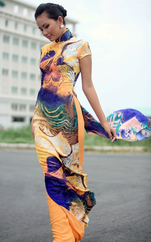 Colorful short sleeve ao dai.