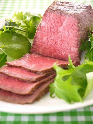 牛ももかたまり肉 300g / 塩・こしょう 各適量 / サラダ油 大さじ1/2  1.牛肉に塩・こしょうを振り、ラップをして冷蔵庫で30分置く。30分たったら牛肉から出た水分をキッチンペーパーでふきとる。 2.フライパンに油をひき、牛肉を強火で焼く。表面に焼き色がついたら取り出す。 3.ジップ袋に2の牛肉を入れる。口を閉じたらストローを使って中の空気を抜き、密封状態にする。 4.炊飯釜に3と、それがつかるくらいのお湯(分量外)を入れ30分保温する(押すのは炊飯ボタンではなく保温ボタンなので間違えないよう注意)。 5.保温が終わったら炊飯釜から袋を取り出し、そのまま冷蔵庫で冷やす。薄くスライスしソースをかけて出来上がり。  ソースは材料を煮詰める。A(赤ワイン 50ml / しょうゆ 大さじ1 / はちみつ 大さじ1 / 塩 ひとつまみ / 酢 大さじ1/2)
