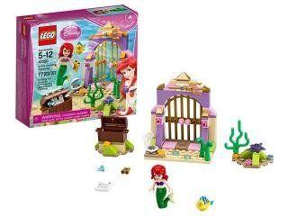 Ariel en haar beste vriend Botje zijn op zoek naar verloren voorwerpen uit de wereld van de mensen met Lego Disney Princess Ariels Wonderbaarlijke Schatten. Ontdek samen met de twee vrienden het ri...