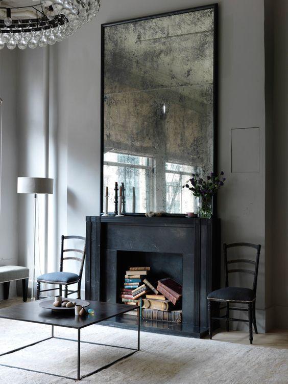 Klassieke en eigentijdse open haard met grote spiegel. Zwart matte afwerking van hoogwaardige kwaliteit #haard #spiegel #klassiek