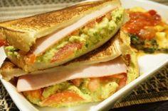 楽天が運営する楽天レシピ。ユーザーさんが投稿した「具沢山!フライパンでホットサンド(アボガド)」のレシピページです。具沢山の贅沢サンドがフライパンで簡単に!ボリュームあるので二人で分けても丁度いいです!。ホットサンド。食パン(8枚切り),☆具,アボカド,クリームチーズ(kiri),マヨネーズ,塩コショー,トマト,ハム,スライスチーズ