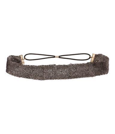 Ett stickat hårband med inslag av glittertråd. Resår i nacken.