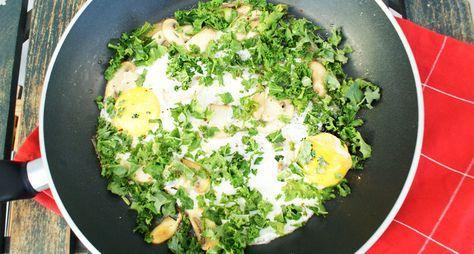 Krokante boerenkool gaat perfect samen met een gebakken eitje. Gebruik dit koolhydraatarme ontbijt/lunch recept om snel en gezond af te vallen.