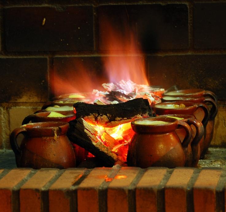 Cocido madrileño, al carbón de encina durante 4 horas de cocción.