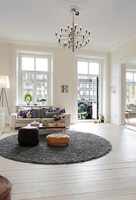De sfeer van dit huis lijkt wat op de sfeer van ons nieuwe husi. Mooi, zo'n rond kleed.