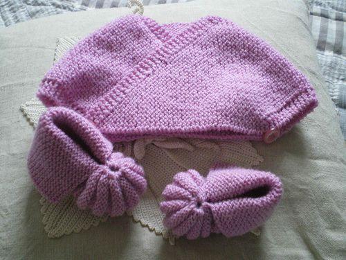 Un petit ensemble au tricot pour une belle sortie printanière,Tricotez ce petit cache cœur et ces chaussons roses en suivant ces explicationsPour le cache cœur:Monter 44 mailles avec des aiguilles ...