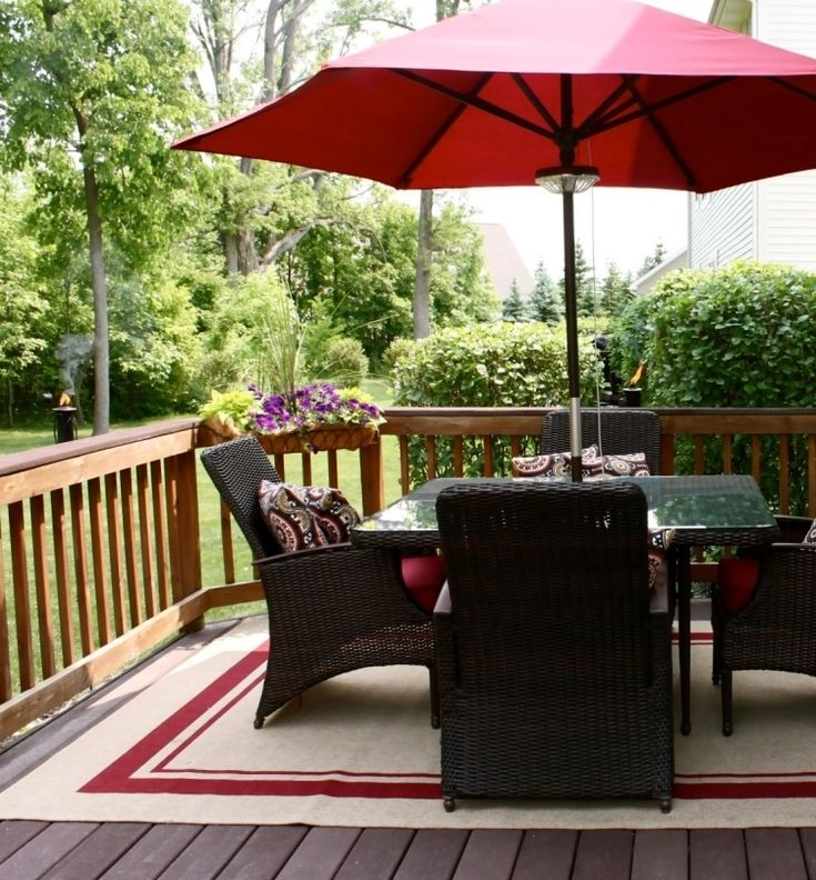 outdoor-teppiche-design-bunt-muster-rot-braun-gartenmoebel-kunststoffrattan-scharz-tisch-sonnenschirm