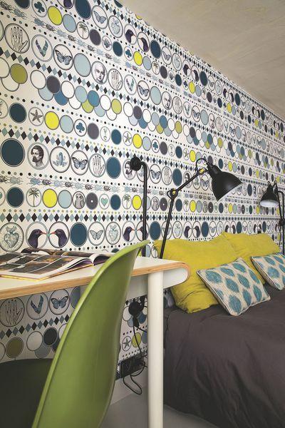 Chambre d'adolescent, papier peint, Maison Caumont, chaise de Charles Eames vintage, lampe Gras DWC Editions, linge de lit Merci et AM.PM.