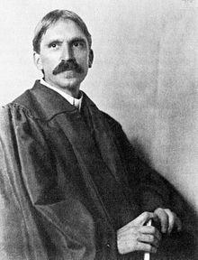 John Dewey (* 20. Oktober 1859 in Burlington, Vermont; † 1. Juni 1952 in New York) war ein US-amerikanischer Philosoph und Pädagoge. Der große amerikanische Pragmatist entwickelte eine revolutionäre Ethik, die mit starren Regeln und Prinzipien bricht (aus Hohe Luft, Kreative Intelligenz)