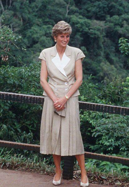 Принцесса Диана, 1991 г. Для экскурсии на один из самых красивейших водопадов мира - Каратарас - в 1991 году принцесса выбрала очень простой и элегантный наряд: костюм-двойку, состоящий из бежевого жакета и свободной юбки. Таким образом Диана продемонстрировала модный тогда стиль сафари.