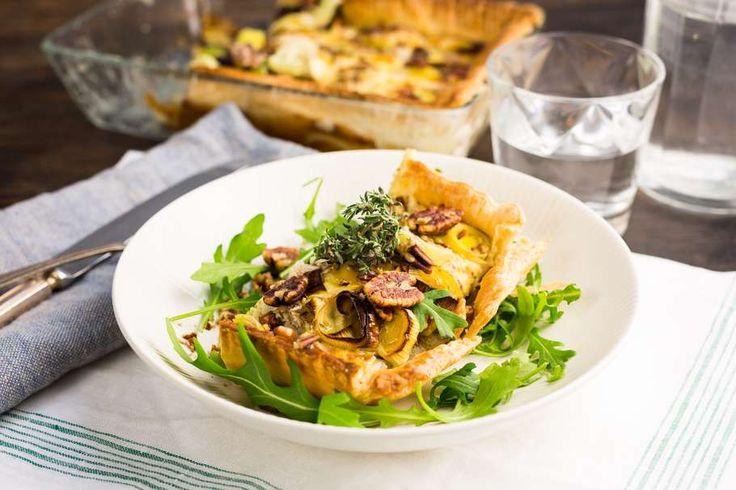 Recept voor walnotenquiche voor 4 personen. Met zout, peper, ahornsiroop, crème fraîche, parmezaanse kaas, ei, prei, bladerdeegvel en walnoot