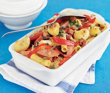 Falukorvslåda med dijonsenap är pasta och korv med grönsaker i saftig äggstanning smaksatt av senap - en vardagsrätt du kommer gilla. Den saftiga äggstanningen av bland annat grädde och ost binder ihop smakerna i falukorvslådan.